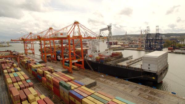 przygotowanie ładunku do transportu morskiego